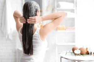 אישה נוגעת בשיער החום שלה עם שתי הדיינים