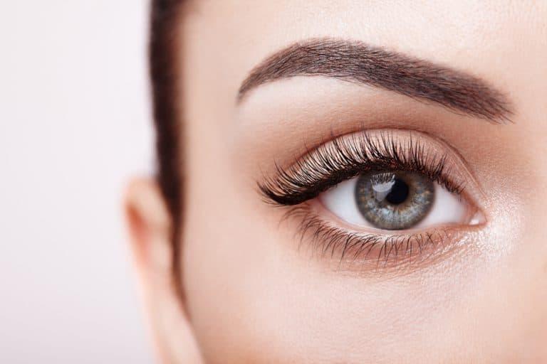 עין שמאל של אישה מאופרת