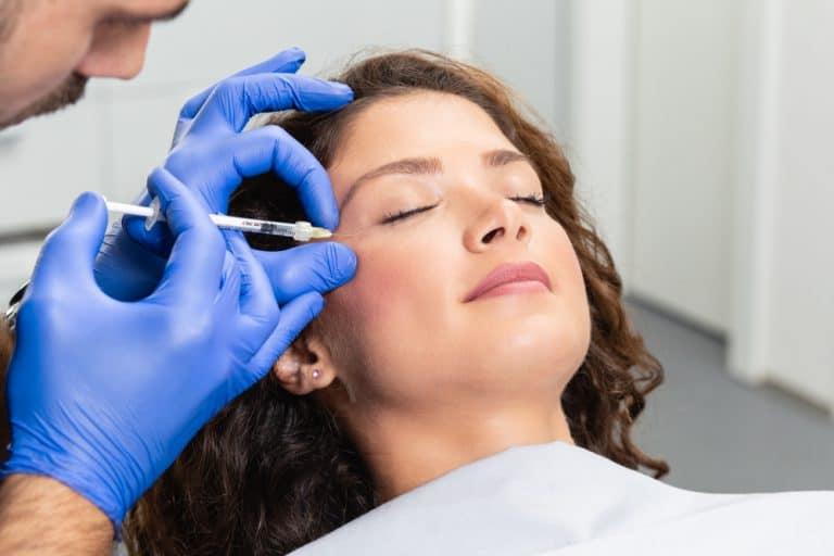 אישה באמצע טיפול הזרקה באמצעות חומצה היאלורונית