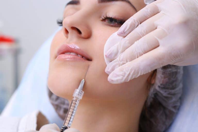 אישה באמצע טיפול אסתטי הזרקת רדיאס
