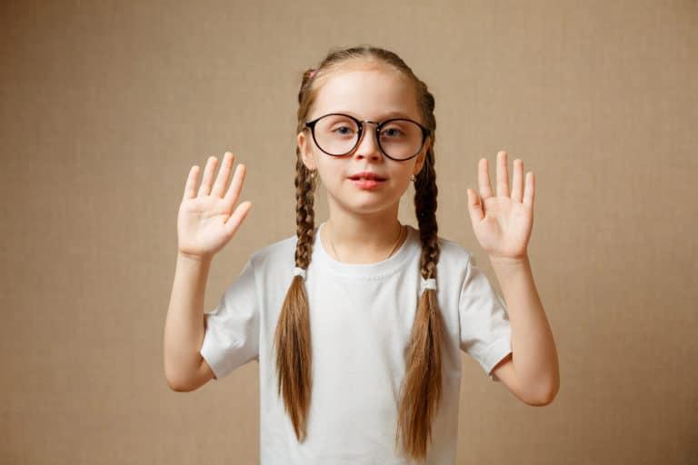 ילדה עם משקפיים מסמנת די למשקפיים
